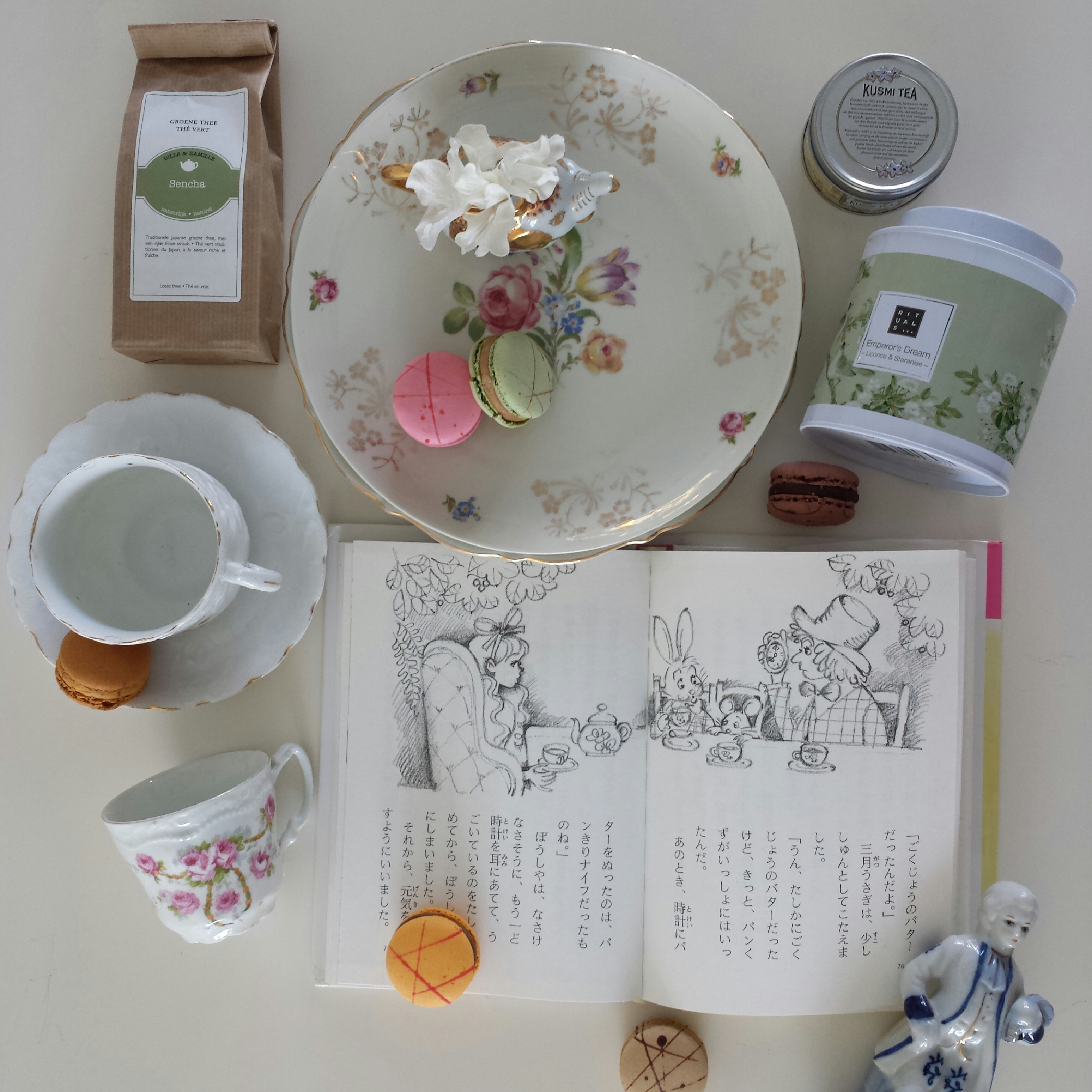 Plates and cups found at the flee market, Emperor's dream tea from Rituals, green tea from Simon Levelt in Arnhem, elephant and porcelain doll from the flee market and my love bought me the DELICIOUS macarons for Valentine.